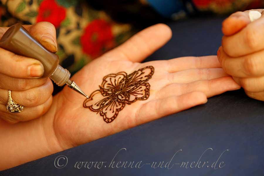 frisch anger hrte henna paste aus bio henna pulver in henna cones spritzt ten bzw tube und. Black Bedroom Furniture Sets. Home Design Ideas